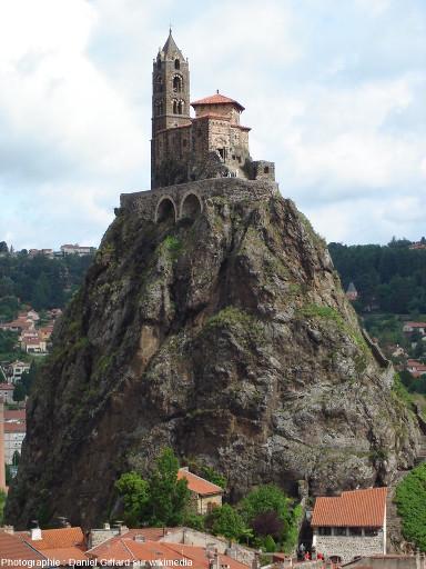 Le Rocher de Saint Michel l'Aiguilhe, cheminée volcanique constituée de brèche, et sa chapelle du 10ème siècle