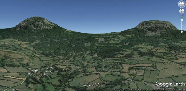 Vue aérienne de la côte de Boussoulet (km20) qui permet de passer entre deux de ces sucs (dômes volcaniques)