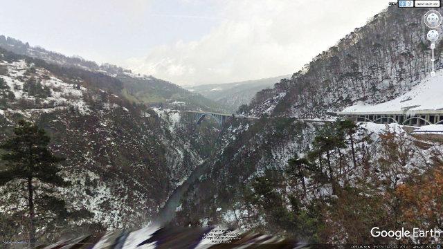 Vue hivernale du pont de Ponsonnas qui franchit les gorges du Drac creusées dans les marno-calcaires du Jurassique inférieur
