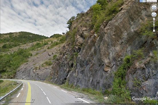 Paysage de bord de route dans les marno-calcaires jurassiques