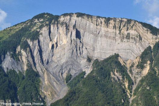 Un pli-faille dans la falaise à l'Ouest au-dessus de Bourg d'Oisans