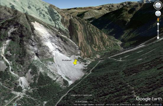 Un éboulement, dans les années 1980, a coupé la route D526 qui a dû être reconstruite sur l'autre versant de la vallée
