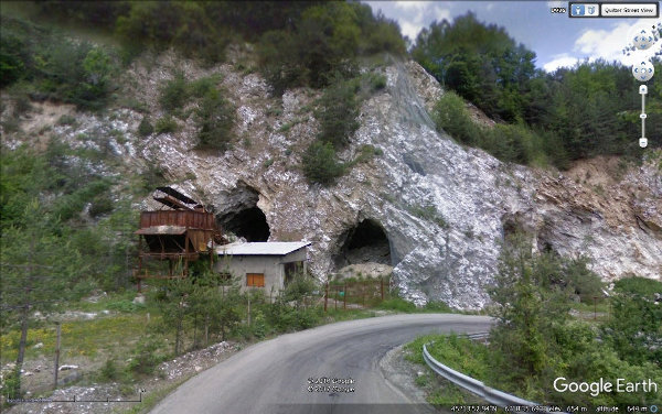Entrées d'anciennes carrières souterraines de gypse abandonnées depuis des décennies