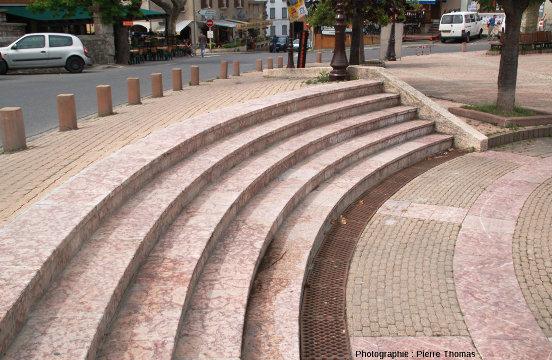La place Joseph Salva, à Guillestre, et ses ammonites