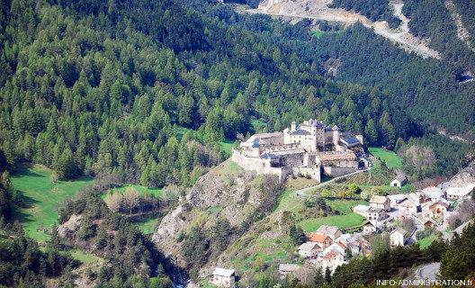 Le fort de Château Queyras sur son verrou glaciaire