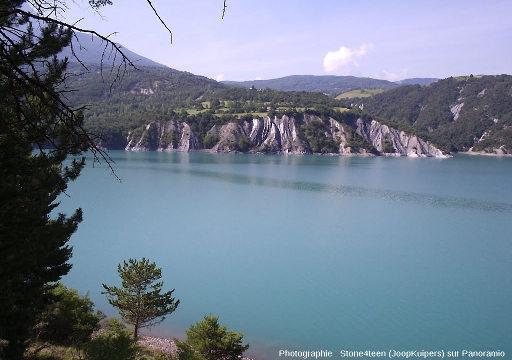 Badlands, vus de loin, au bord du lac de Serre-Ponçon