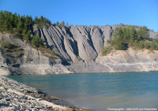 Badlands, vus de près, au bord du lac de Serre-Ponçon