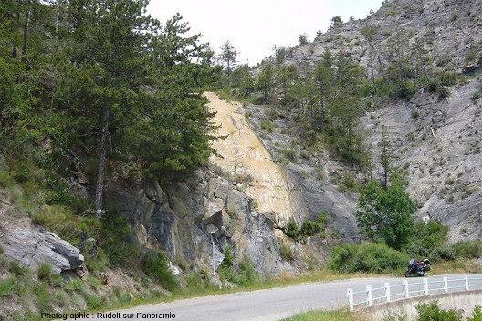 Une cascade pétrifiante sur le bord de la D951A