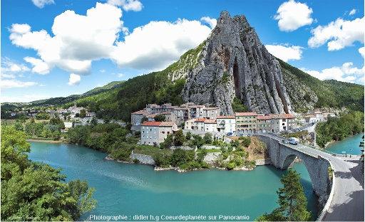 Les couches verticales de la rive gauche de la Durance à Sisteron