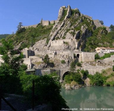 La citadelle de Sisteron sur les couches quasi-verticales de la rive droite de la Durance