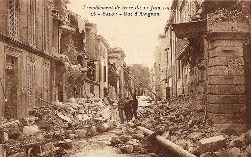 Une rue de Salon de Provence juste après le séisme du 11 juin 1909