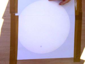 Observation du Soleil et du passage de Vénus projetés sur l'écran du dispositif mis en place
