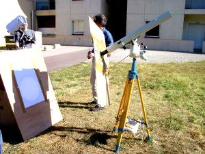 Dispositif installé par le Club d'Astronomie de l'ENS Lyon, permettant une observation collective du transit de Vénus par projection sur un écran