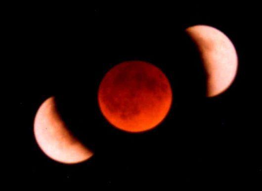 Montage de 3 photographies montrant 3 stades d'une éclipse de Lune.