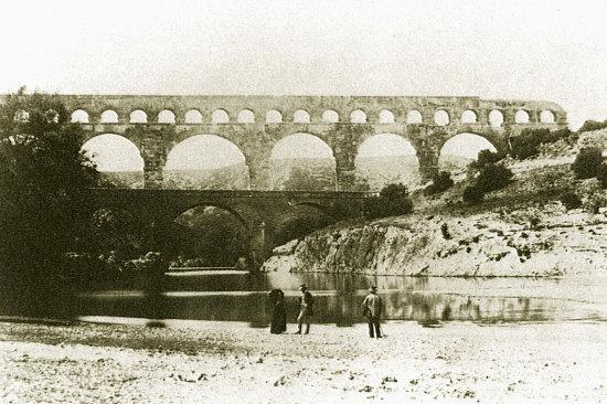 Le Pont du Gard photographié en 1851, soit environ 18 siècles après sa construction par les Romains
