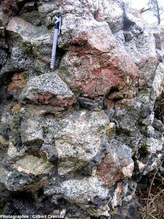 Portion de mur vitrifié constitué de blocs de granite s.l. et de quartz soudés par du verre bulleux, camp de Péran (Côtes d'Armor)