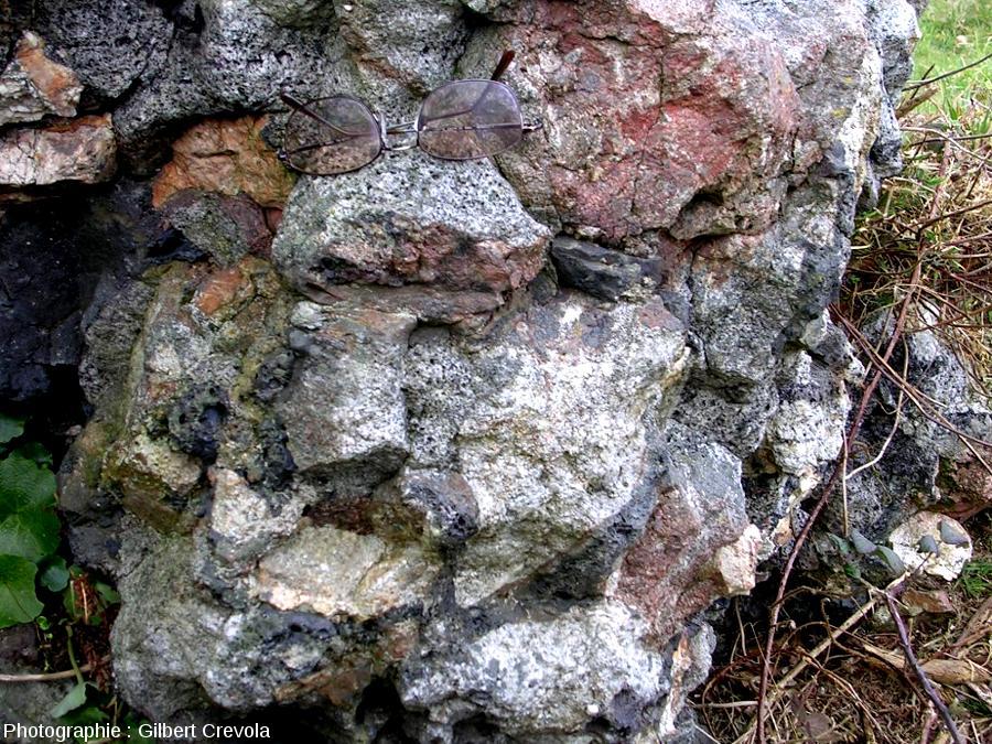 Portion de mur vitrifié, composé ici surtout de blocs de granite s.l. soudés par du verre bulleux