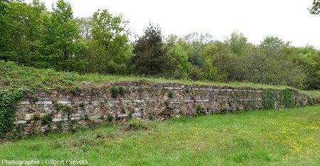 Vue d'ensemble du murus gallicus du camp de Péran, reconstitué par le Centre des Monuments Historiques