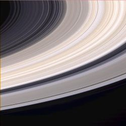 """Image """"vraies couleurs"""" des anneaux C, B et E (image Cassini)"""