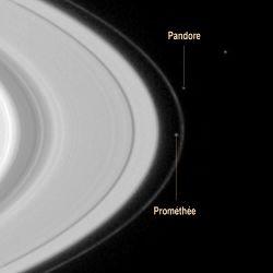 """Image Cassini (résolution voisine des images Voyager) montrant les satellites Prométhée et Pandore, """"encadrant"""" l'anneau F"""