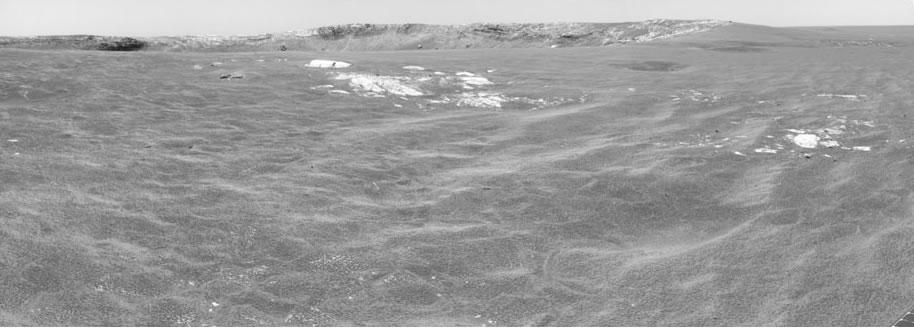 Le cratère Endurance observé par Opportunity à seulement 20m du bord le 29 avril 2004