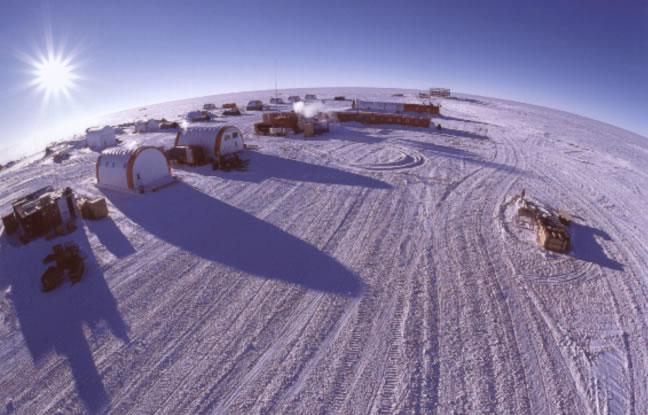 imagedatatesterLa station du dôme C: 75°S, 142°E, 3250 m d'altitude.