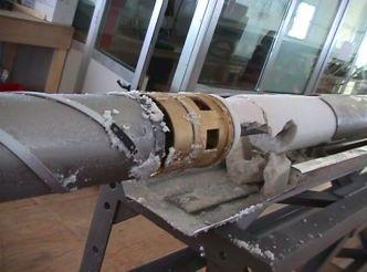 Partie supérieure du tube carottier avec la pompe (or) et les premiers copeaux contenus dans le réservoir.