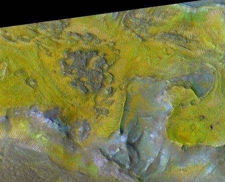 Mars: détail d'un secteur de la région de Nili Fossae montrant l'association des terrains riches en olivine (jaune) et en carbonate de magnésium (vert)