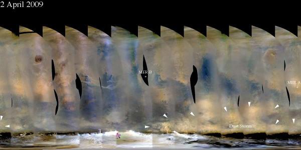 Mosaïque d'images prise début avril 2009 couvrant toute la surface de Mars (projection Mercator) montrant le développement d'une tempête au Sud-Est