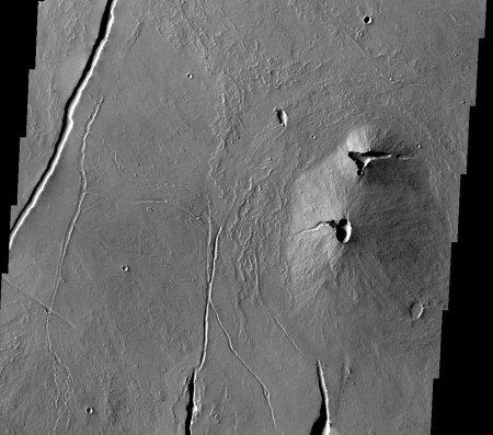 Mars: petit volcan de la région de Tharsis, avec cratère sommital et nombreux tunnels de laves