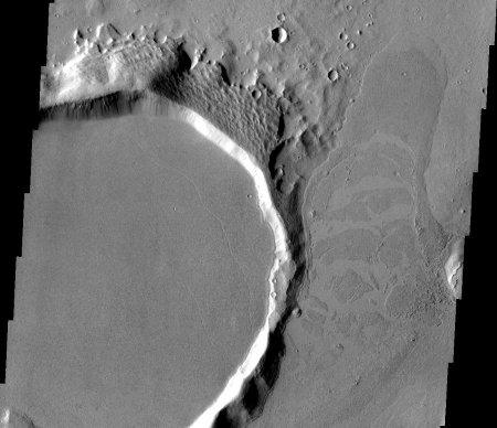 Mars: coulée de lave avec fragments de croûte disloquée formant des radeaux