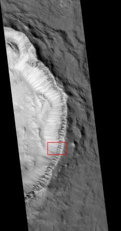 Mars: vue générale du bord d'un cratère (sans nom) de 16km de diamètre recoupant une plaine de lave