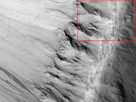Mars: gros plan du bord d'un cratère (sans nom) de 16km de diamètre recoupant une plaine de lave