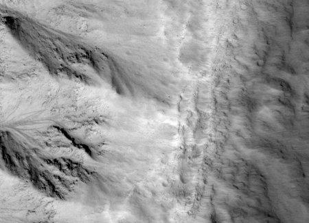 Mars: très gros plan du bord d'un cratère (sans nom) de 16km de diamètre recoupant une plaine de lave