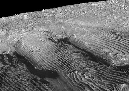 Mars: image 3D (relief exagéré 2 fois) montrant un empilement régulier de strates d'épaisseur constante (environ 10m)