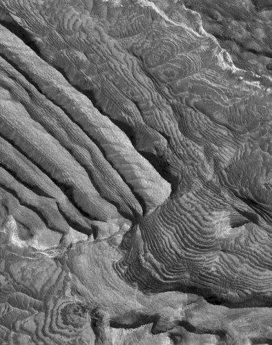 Mars: série sédimentaire stratifiée montrant une double rythmicité, intérieur du cratère Becquerel