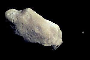 Ida (52 km) et son satellite Dactyl (1,5 km) survolés par Galileo, le 28 août 1993