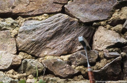 Cônes de percussion(shatter cones) dans le mur d'une grange de Champonger, commune de Chassenon