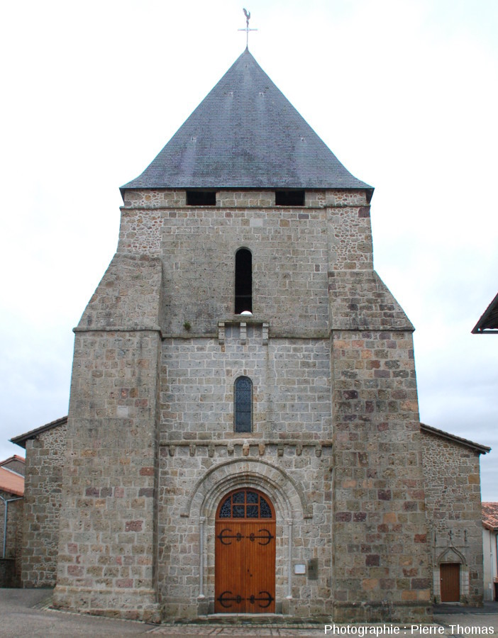 L'église de Pressignac, bâtie avec divers types de brèches de retombée