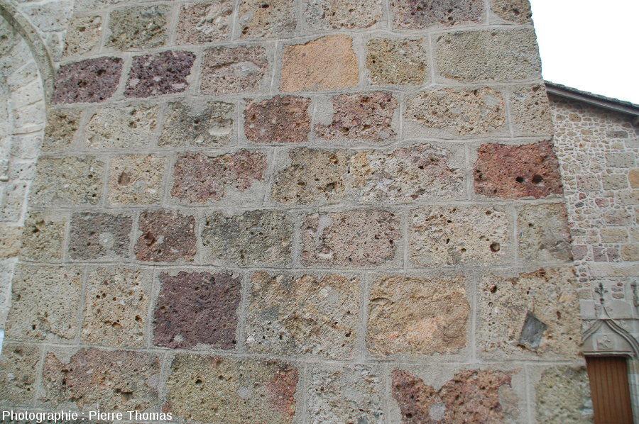 Mur de l'église de Pressignac, bâtie avec divers types de brèches de retombée