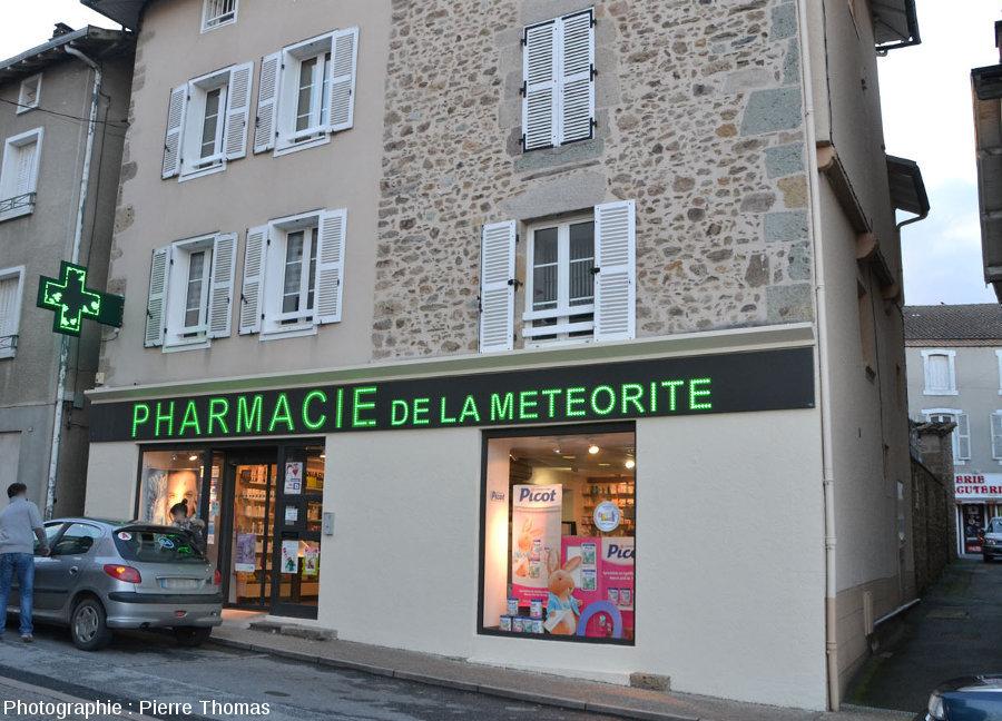 """La """"pharmacie de la météorite"""", à Rochechouart, construite avec des blocs de diverses brèches de retombées"""