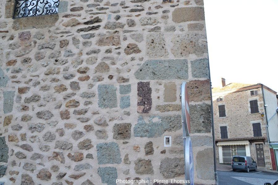 Mur d'une maison de Rochechouart, elle aussi bâtie avec divers types de brèches de retombée
