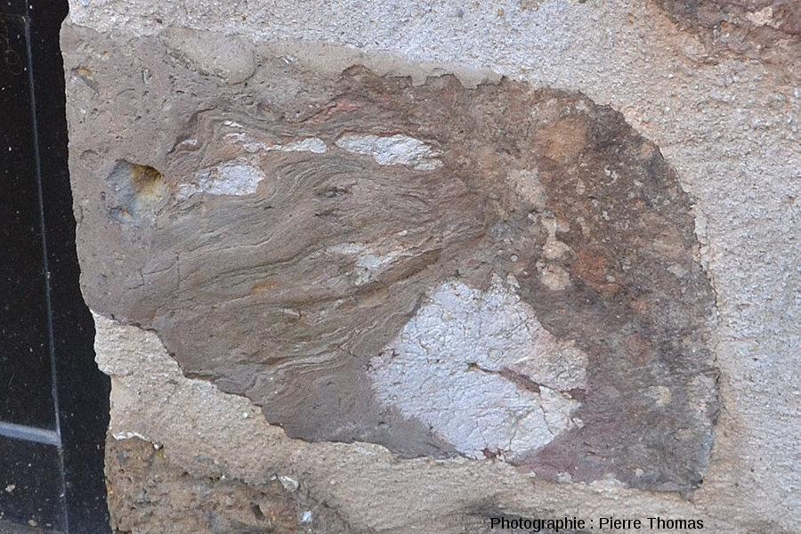 Détail d'un bloc de brèche dans un mur, Rochechouart