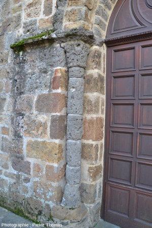 Pilier de l'un des porches de l'église de Rochechouart