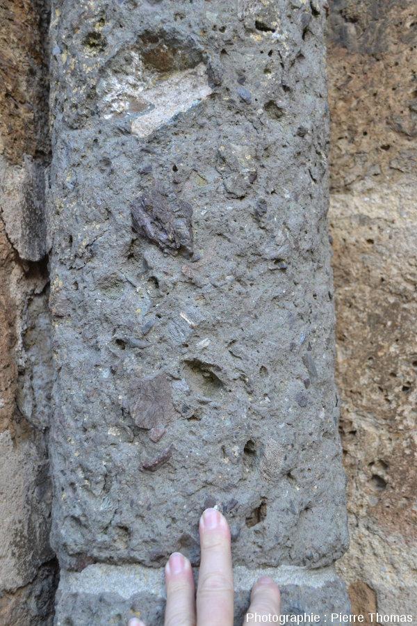 Détail de pilier de l'un de porches de l'église de Rochechouart