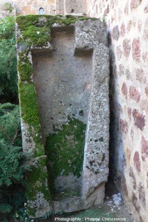 Sarcophage du XIIème siècle, en brèche d'impact, dressé contre un mur de l'église de Rochechouart