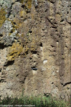 Détail du piton constitué de brèches polylithologiques de retombée de type Rochechouart