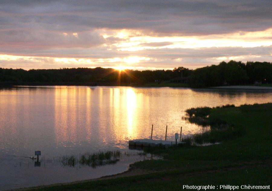 Petit lac de barrage sur la Charente à la Chassagne, commune de Videix