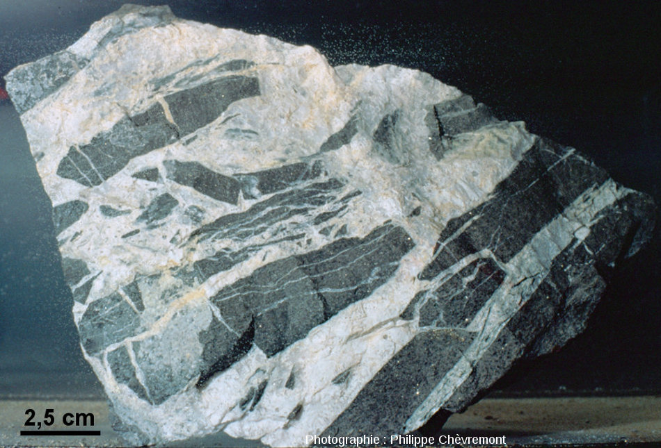 Brèche hydrothermale à éléments de lamprophyre et ciment de quartz