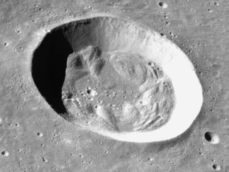 Le cratère Bessel, cratère lunaire à fond platde 16km de diamètre